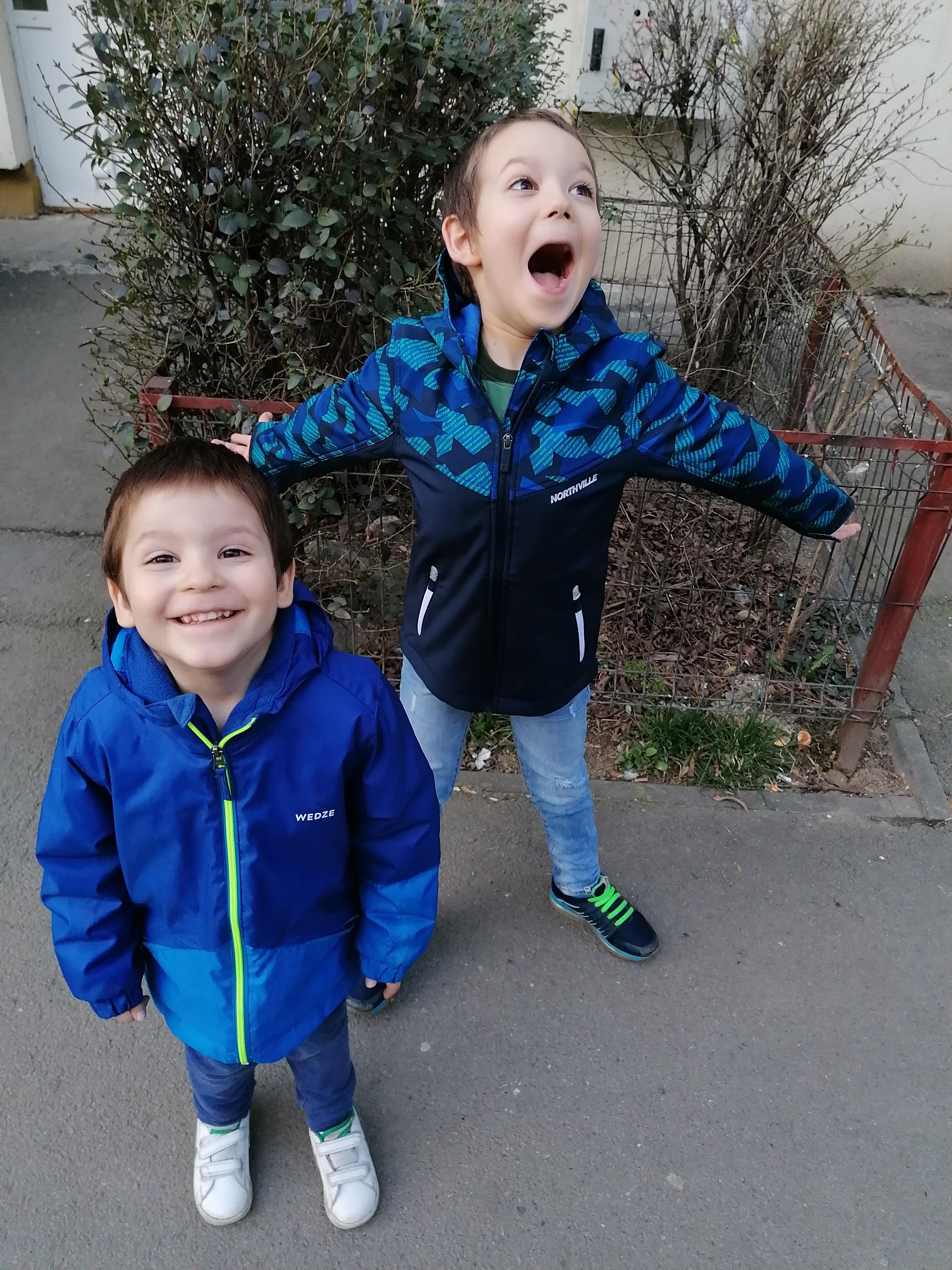 Doi baietei zburdalnici